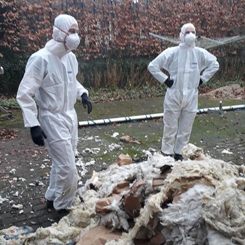 Mannen in witte pakken en isolatiemateriaal