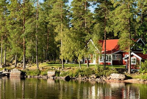 Scandinavisch huis aan het meer