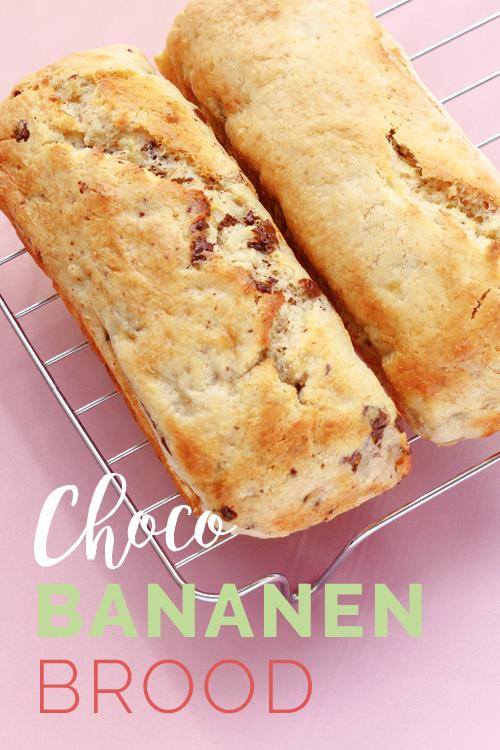Chocobananenbrood op een roze achtergrond