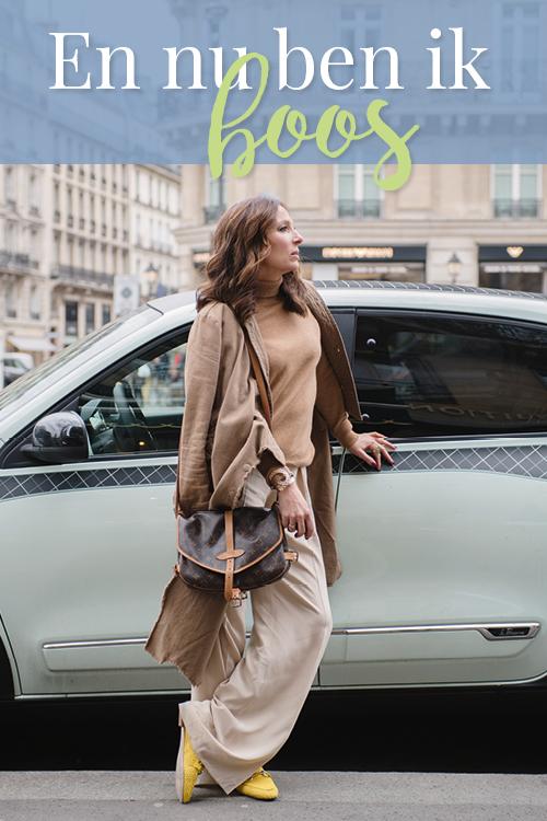 May-Britt in Parijs met een renault auto in mintgroen