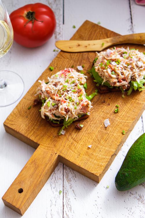 plank met broodje krabsalade