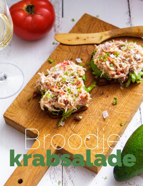 plank met brood met krabsalade
