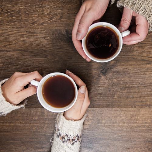 twee kopjes koffie aan een tafel