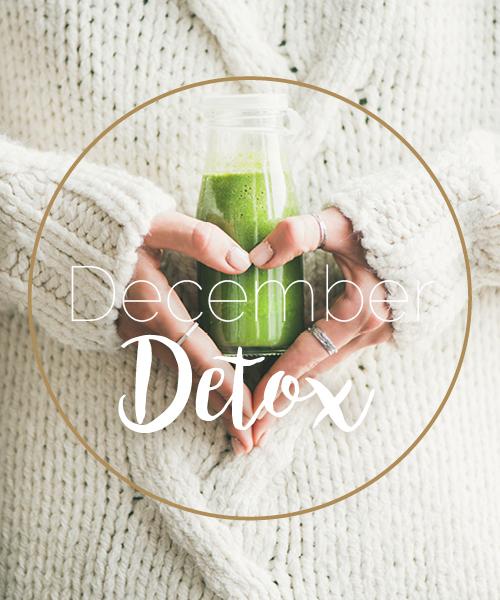 Vrouw houdt eem groene smoothie vast in de vorm van een hartje