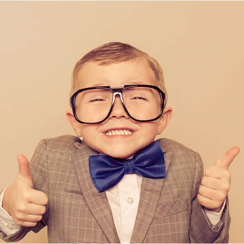 kind in pak met bril doet duimen omhoog