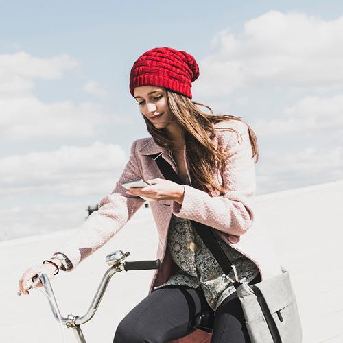 vrouw op de fiets met telefoon