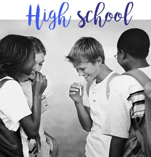 zwart wit foto met rokende kinderen op het schoolplein