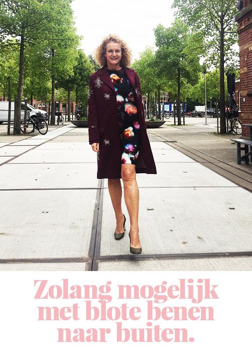 Anita met blote benen in de herfst