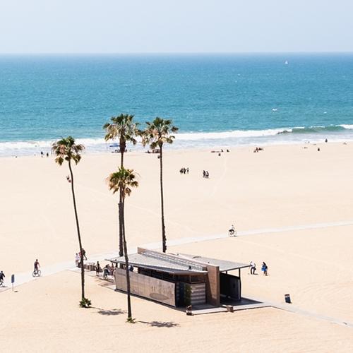 Santa Monica beach in California met een strandhuisje en palbomen en de zee op de achtergrond