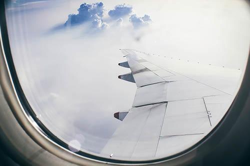 Uitzicht vanuit een vliegtuigraam