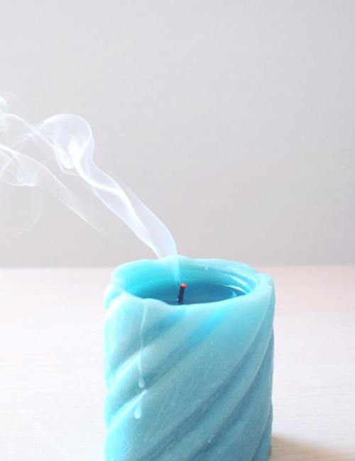 blauwe kaars met rook