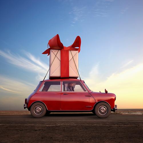 auto met cadeau op het dak