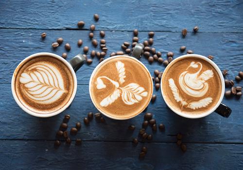 drie koppen koffie met figuurtjes