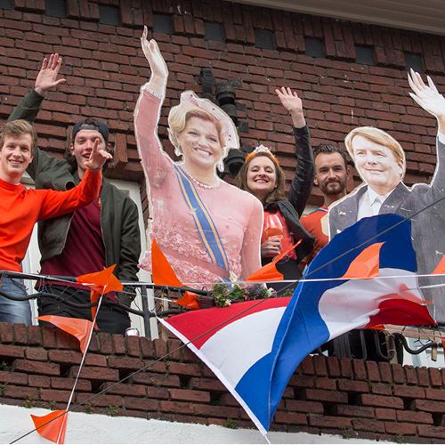 jongeren op balkon met koningsdag