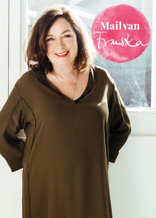 Franska Stuy in bruine jurk.
