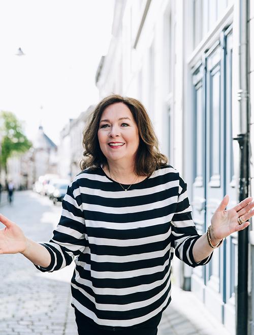 Franska met een streepjes trui aan