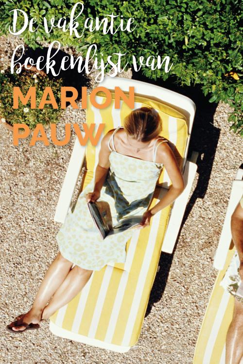 Vrouw op vakantie op een ligbedje in de zon een boek te lezen