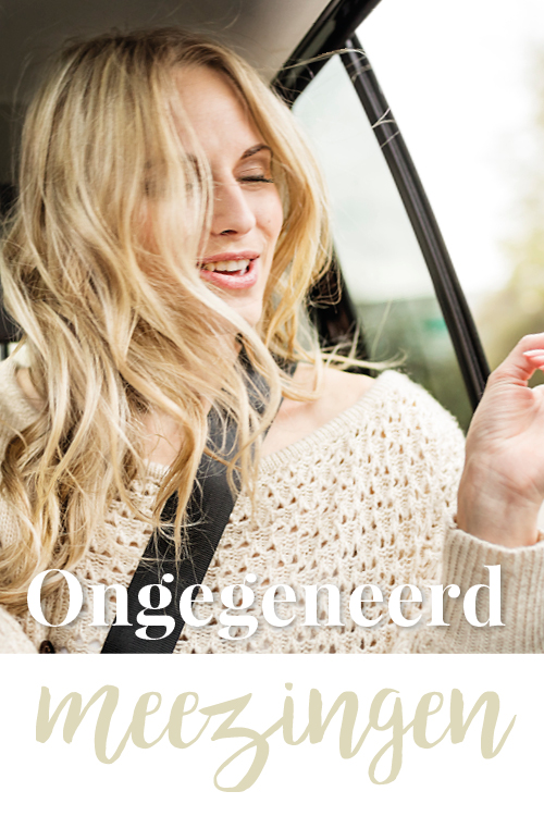 Vrouw zingt in de auto mee met muziek