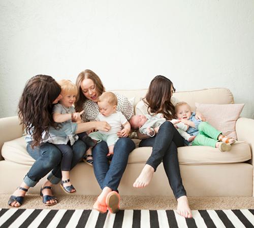 moeders met kinderen op de bank