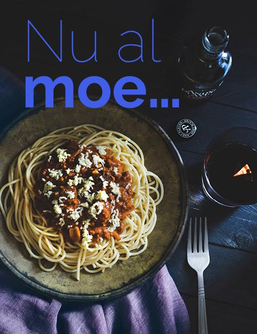bord met pasta donkere omgeving