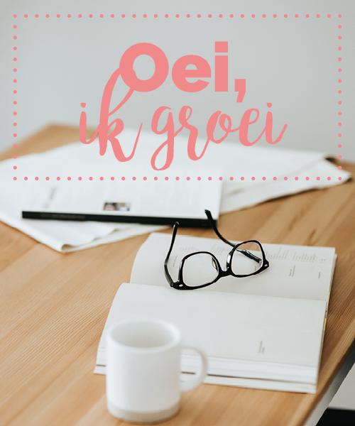 bureau met mok, boeken en bril