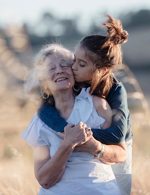 Oma krijgt zoen van kleinkind