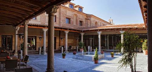 patio-porticado-hotel-balneario-villa-de-olmedo_kl_02