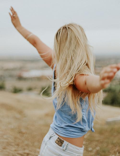 blij meisje zwaait met haar armen