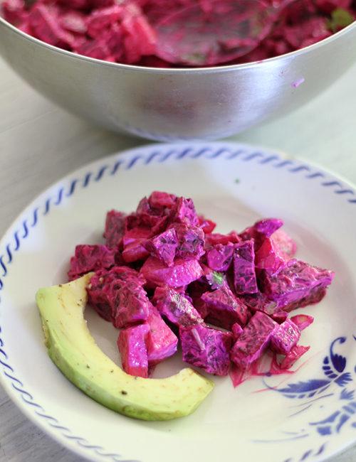 rode bietensalade op bord met avocado