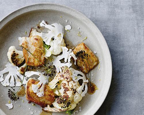 bord met vis en bloemkool