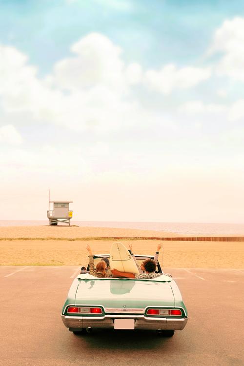 Vrienden in de auto op het strand op vakantie