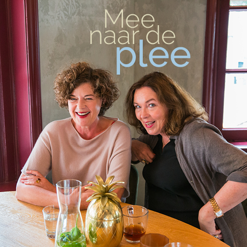 Brigitte en Franska samen aan een tafel in een restaurant