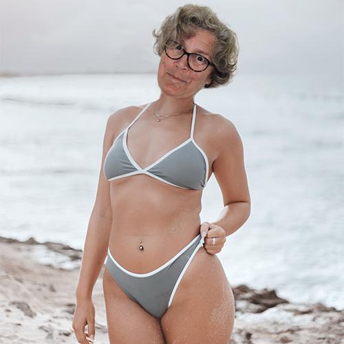 Vrouw in bikini met gephotoshopped hoofd