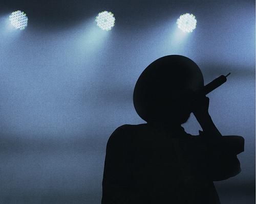 silhouet zingende man