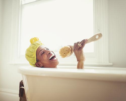 vrouw zingt in bad